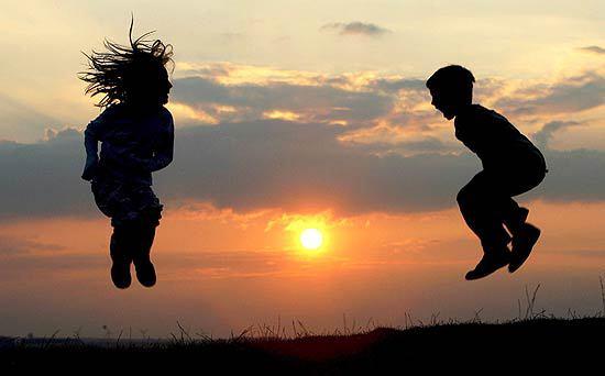 bimbi_salti_tramonto_germania